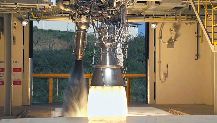A 75-ton liquid fueled engine undergoes a combustion test at the Naro Space Center on Oenaro Island in Goheung, South Jeolla Province, in this file photo. / Courtesy of the Korea Aerospace Research Institute