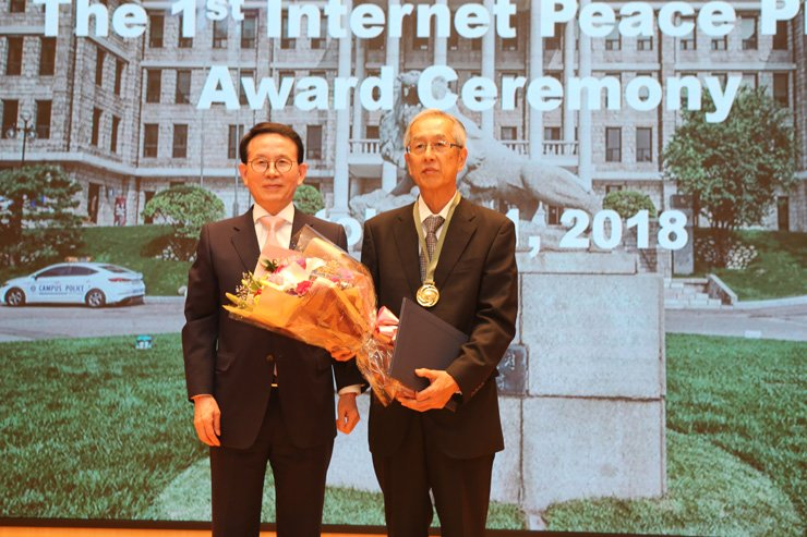 Takao Yamada, right, the director of Kawasaki Network of Citizens Against Hate Speech, poses with Min Byoung-chul, the chairman of the Sunfull Internet Peace Movement at Hangyang University in Seoul, Thursday, after receiving an award from the Korean nongovernmental organization. Courtesy of Sunfull Internet Peace Movement