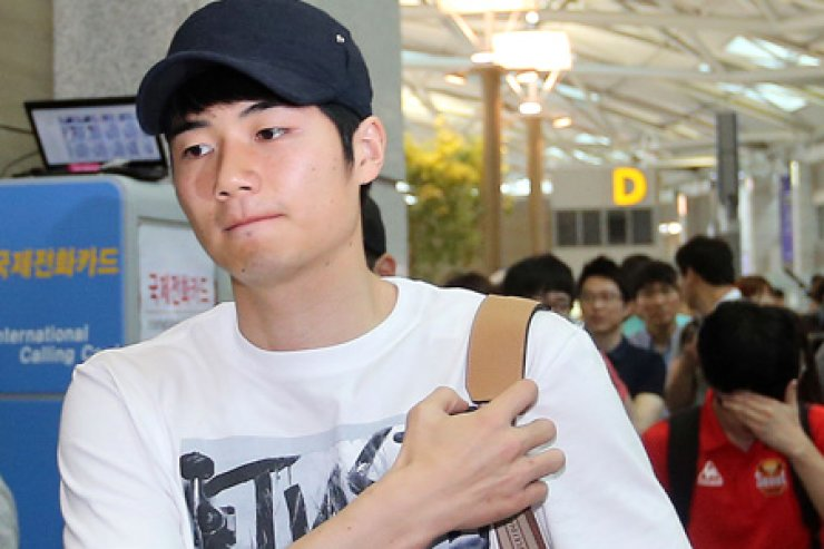 Swansea City midfielder Ki Sung-yueng gets ready to board a plane back to his club at the Incheon International Airport, Tuesday. / Yonhap