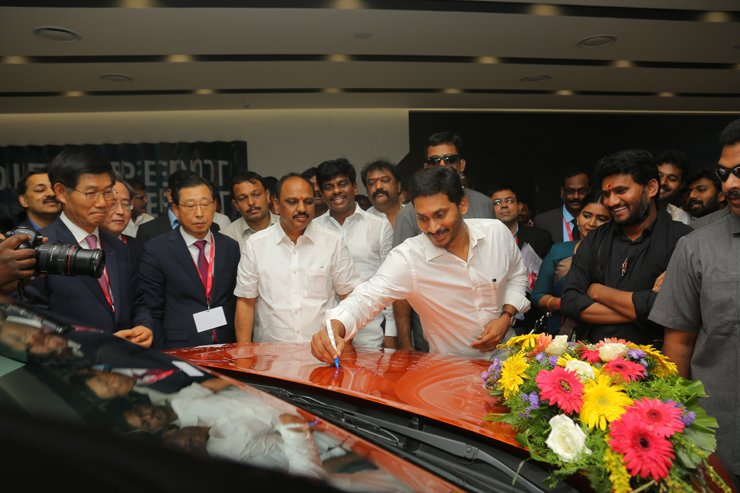 Andhra Pradesh Chief Minister Y. S. Jaganmohan Reddy, center, signs to Kia Motors' Seltos during the inauguration ceremony of the company's plant in India, Thursday. Second from left is Kia Motors CEO Park Han-woo. Courtesy of Kia Motors