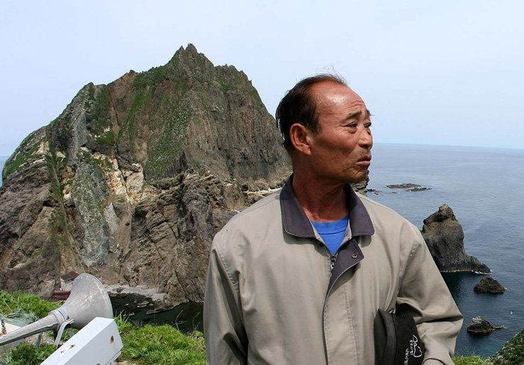Kim Sung-do stands on the islets of Dokdo in this 2006 file photo. /Yonhap