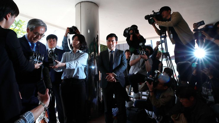 BMW Korea Chairman Kim Hyo-joon apologizes upon his arrival at the Seoul Metropolitan Police Agency in Seoul, Friday to face questioning over allegations the company covered up manufacturing defects in its vehicles that cause dozens of the engine fires last year. / Yonhap
