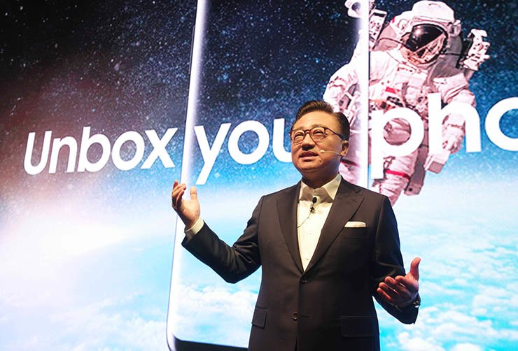 Samsung Electronics mobile business President Koh Dong-jin introduces the Galaxy S8 and S8 Plus during a press conference at the company's office in Seocho, southern Seoul, Thursday. / Courtesy of Samsung Electronics