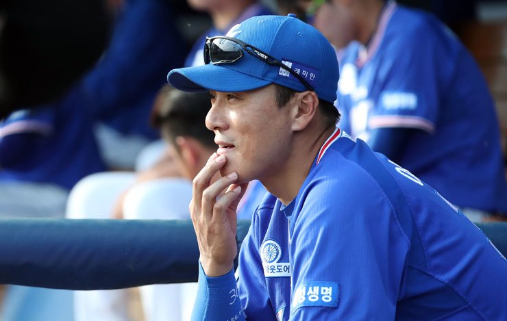 Samsung Lions' designated hitter Lee Seung-yuop surveys the baseball field from the dugout of Masan Stadium in the second inning of a game against the NC Dinos on May 6. Lee is scheduled to retire at the end of the 2017 season. / Yonhap