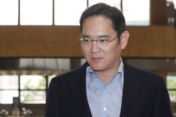 Samsung Vice Chairman Lee Jae-yong leaves for Japan from Gimpo International Airport, Sunday, on his way to meet with Japanese industry officials to discuss Tokyo's export curb on high-tech materials. / Yonhap