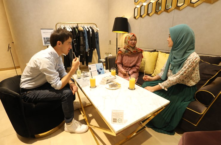 Tourists eat halal-certified snacks at the Global Lounge in Lotte Department Store's main branch in downtown Seoul in this file photo. / Courtesy of Lotte Department Store