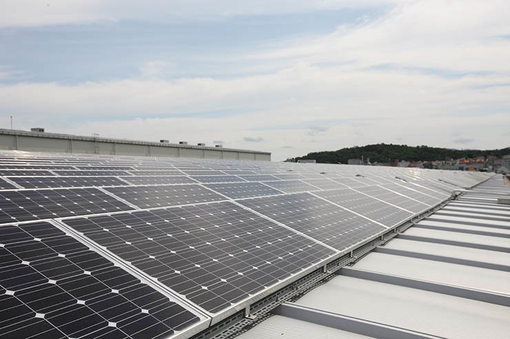Seen from above is a two-megawatt solar power generation facility set up at LS Industrial Systems' plant in Cheongju, North Chungcheong Province. / Courtesy of LSIS