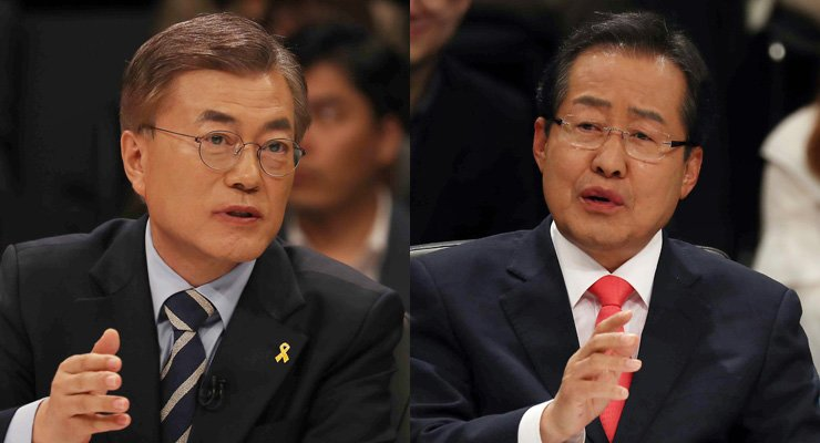 Moon Jae-in of the Democratic Party of Korea, left, and Hong Jun-pyo of the Liberty Korea Party debate during Tuesday's presidential poll debate on JTBC. / Yonhap
