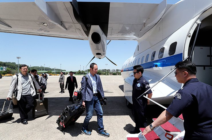 South Korean journalists board a plane at Seoul Airport in Seongnam, Gyeonggi Province, Wednesday. The plane will carry them directly to North Korea's eastern city of Wonsan through the South-North direct flight route. / Press Pool