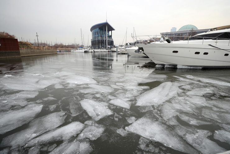Some parts of the Han River are frozen in Seoul, Friday, after subzero temperatures over the past few days. / Korea Times photo by Shin Sang-soon