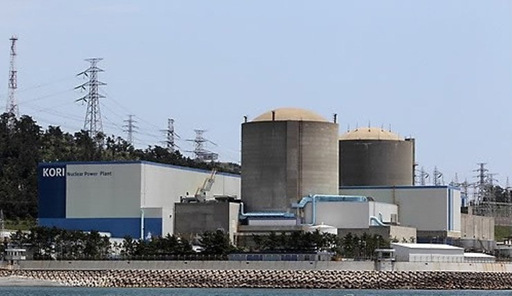 Kori 1 and 2, above, in Busan are among 23 nuclear reactors in operation, from which Korea gets about 30 percent of its power. Five more reactors are under construction. / Yonhap