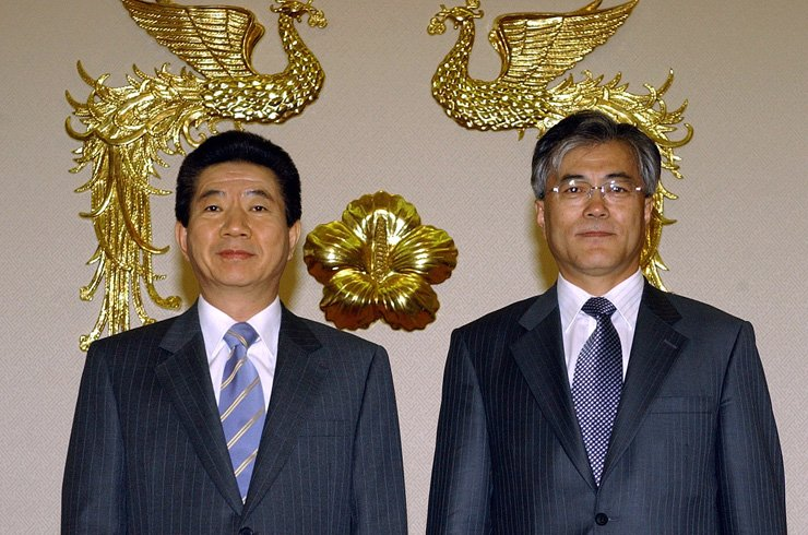 Moon Jae-in poses with the late President Roh Moo-hyun after being appointed senior presidential secretary for civil affairs in 2004. / Korea Times file photo