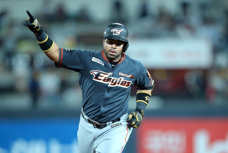 Wilin Rosario of the Hanwha Eagles rounds bases after hitting a home run in the top of the sixth inning during his team's Korea Baseball Organization (KBO) League game against the KT Wiz at Suwon KT Wiz Park, Friday. / Yonhap