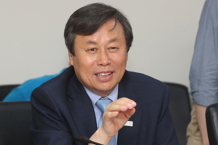 Minister of Culture, Sports and Tourism Do Jong-hwan speaks during a meeting with professionals in the publishing industry at Changbi Publishers' headquarters in Seoul on Thursday. / Yonhap