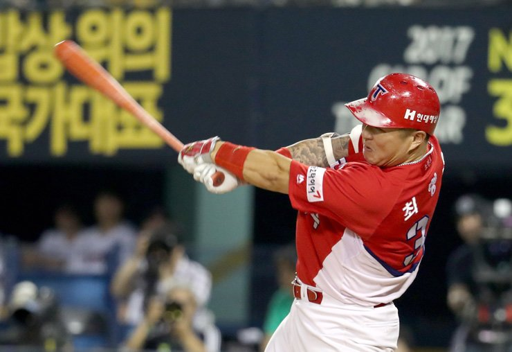 Kia Tigers' Choi Hyung-woo hits an RBI single in a Korea Baseball Organization (KBO) League game against the LG Twins at Jamsil Baseball Stadium in Seoul, Friday. Choi topped the All-Star Game voting. / Yonhap