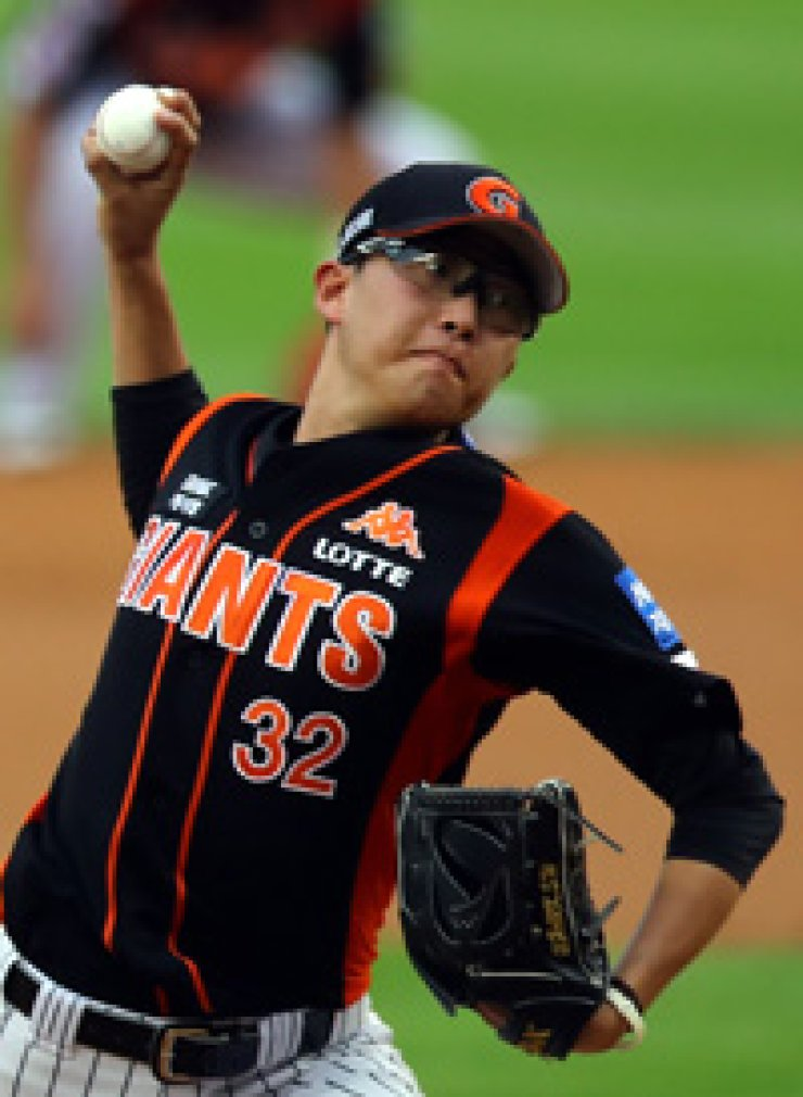 Lotte Giants ace pitcher Park Se-woong pitches in a game against the LG Twins at the Jamsil Baseball Stadium, Aug. 2. / Yonhap