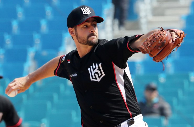 Donn Roach of the KT Wiz throws during the Korea Baseball Organization (KBO) League spring exhibition game against the Samsung Lions at Daegu Samsung Lions Park on Tuesday. / Yonhap
