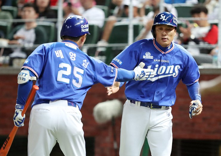 Samsung Lions' Lee Seung-yuop, right, celebrates with Bae Young-seop after hitting a double in the sixth inning of their team's Korea Baseball Organization League game against the SK Wyverns at Incheon SK Happy Dream Park, Sept. 1. / Yonhap