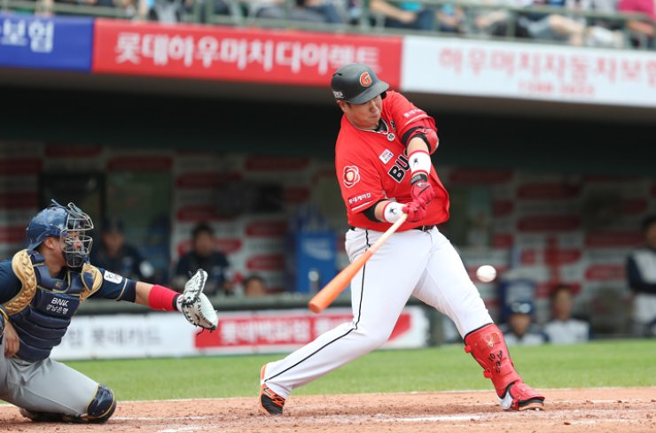 Lotte Giants' Lee Dae-ho hits a single in the third inning during Game 1 of the Korea Baseball Organization (KBO) League first round playoff against the NC Dinos at Sajik Baseball Stadium in Busan, Sunday. The two teams will play Game 3 at Masan Stadium in Changwon, South Gyeongsang Province, today. / Yonhap