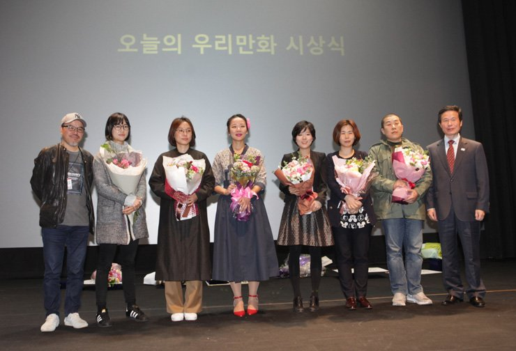 Winners of the 2017 Today's Our Manhwa Award pose at an award ceremony at the Korea Manhwa Museum in Bucheon, Gyeonggi Province, Nov. 3. / Courtesy of the Korea Manwha Contents Agency