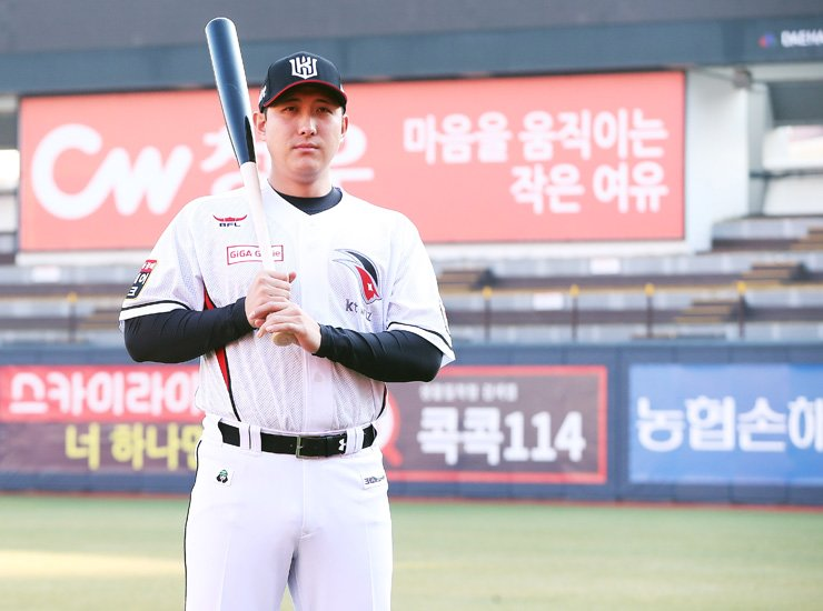 Hwang Jae-gyun poses wearing a KT Wiz uniform during a press conference at KT Wiz Park in Suwon, Gyeonggi Province, Monday. The third baseman signed a four-year deal worth 8.8 billion won with the Wiz, Nov. 13 after leaving the San Francisco Giants and its Triple-A affiliate the Sacramento River Cats this year. / Yonhap