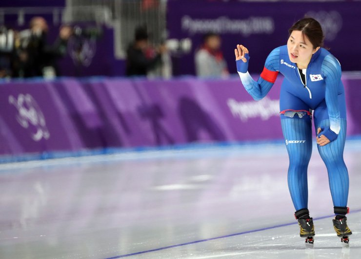 Korean speed skater Park Seung-hi reacts to fans after completing her 1,000-meter race at the 2018 PyeongChang Olympics at the Gangneung Oval, Wednesday. Park finished 16th. / Yonhap