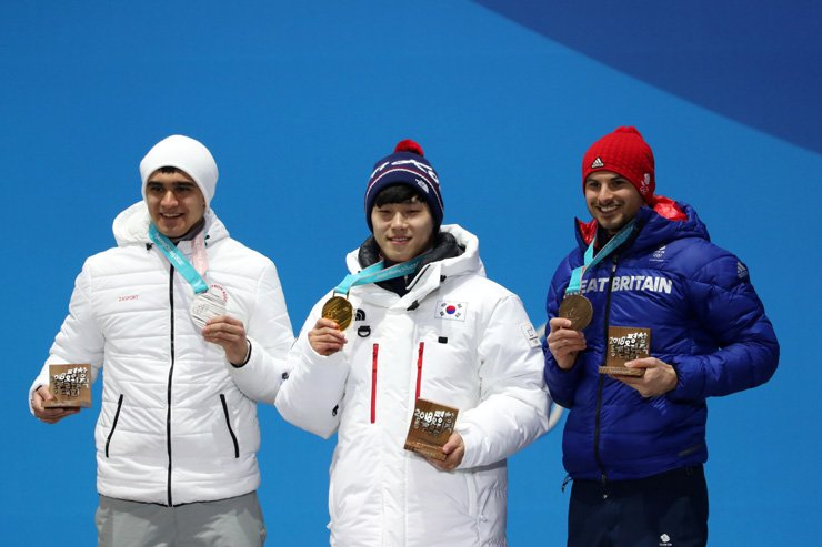 Yun Sung-bin of Korea, center, who won the gold medal in the men's skeleton, poses with his medal at the medal ceremony held at the PyeongChang Medal Plaza, Friday. Yun is flanked by silver medal-winning Russian athlete Nikita Tregubov, left, and the U.K.'s Dom Parsons. / Korea Times photo by Shim Hyun-chul