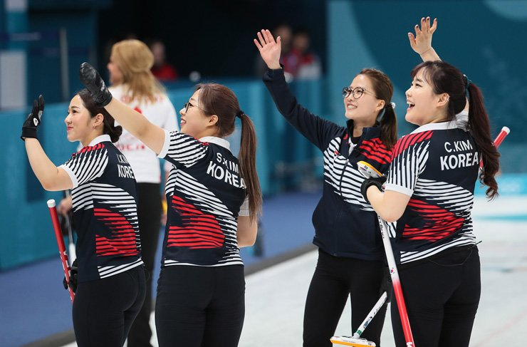 Korean curlers acknowledge the crowd after beating Denmark in a women's round robin match at the PyeongChang Olympics in Gangneung, Wednesday. / Yonhap