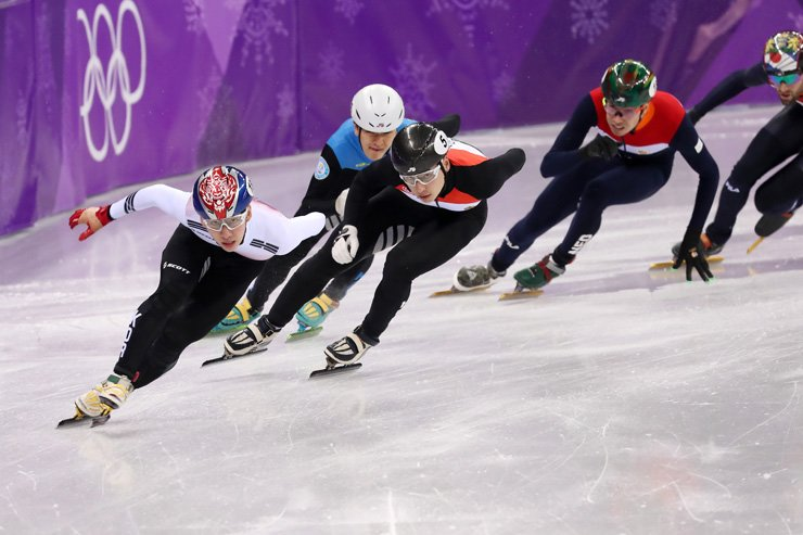 Lim Hyo-jun of Korea, left, competes in the men's short track speed skating 500-meter quarterfinal of the PyeongChang Winter Olympics at Gangneung Ice Arena, Thursday. / Korea Times photo by Shim Hyun-chul