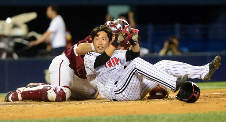 Former LG Twins' infielder Hwangmok Chi-seung slides in safely during his Korea Baseball Organization League game against the Nexen Heroes at Jamsil Baseball Stadium in Seoul, in this 2017 file photo. / Yonhap