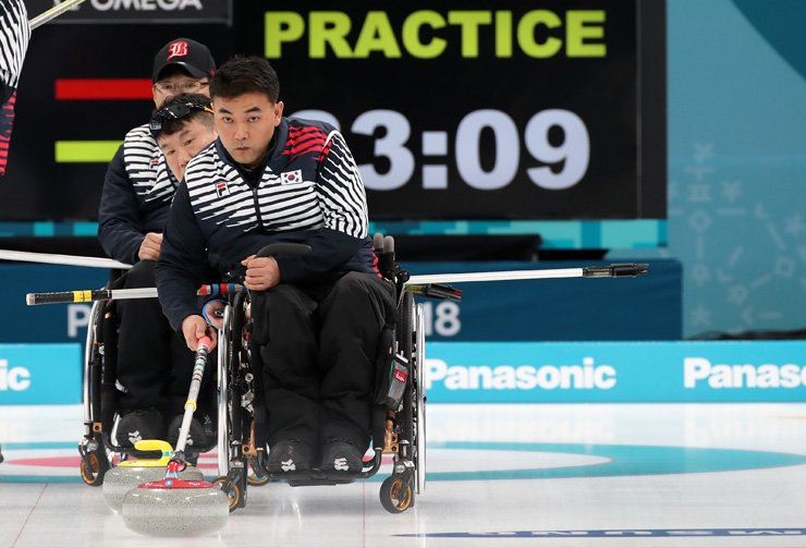 South Korea's wheelchair curler Cha Jae-kwan throws a stone during a practice session at the Gangneung Curling Center, Thursday. / Yonhap