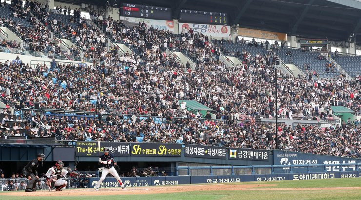 Baseball fans packed Jamsil Baseball Stadium in Seoul on March 18 to watch the spring exhibition league game between the Doosan Bears and LG Twins. / Yonhap
