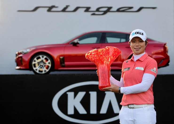 Ji Eun-hee celebrates her victory with the winner's trophy and her new Kia Stinger sports sedan after the final round of the LPGA Kia Classic at the Park Hyatt Aviara golf course in Carlsbad, Calif., Sunday. / AFP-Yonhap
