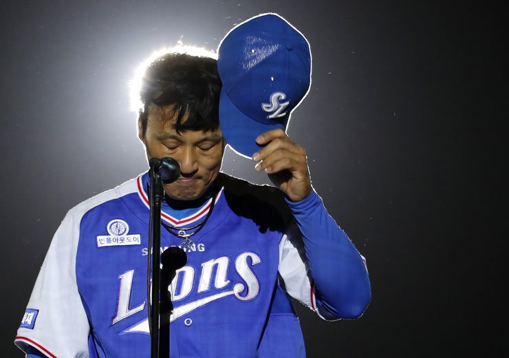 Lee Seung-yuop of the Samsung Lions salutes the crowd during his retirement ceremony at Daegu Samsung Lions Park last Oct. 3. / Yonhap