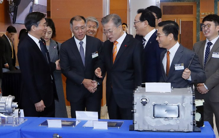 President Moon Jae-in talks to Hyundai Motor Group Executive Vice Chairman Chung Eui-sun, second from left in the front row, while looking at fuel cell systems on display at Ulsan City Hall, Thursday. On Chung's left is Minister of Trade, Industry and Energy Sung Yun-mo. Yonhap