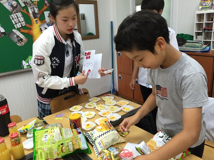 Middle school students engage in a role-playing game in which they practice ordering food and receiving customers in English at Deokjeok Middle School on Deokjeok Island in the West Sea, in this file photo. / Courtesy of Deokjeok Middle School
