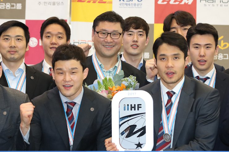 Members of the Korean national men's hockey team pose as they arrive at Incheon International Airport, Sunday. Korea finished second at the International Ice Hockey Federation (IIHF) World Championship Division I Group A in Kiev, Ukraine, last week. Korea will be promoted to the top-tier IIHF World Championship for next year. / Yonhap