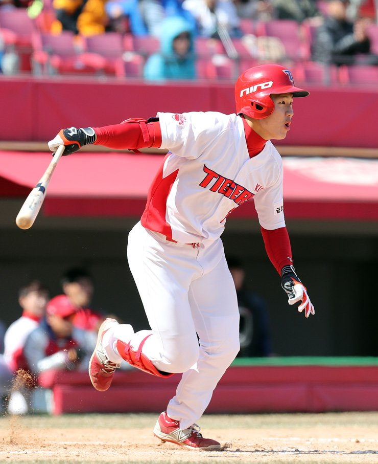 Kia Tigers' Choi Won-joon hits a grand slam off the Lotte Giants Yoon Gil-hyun in the bottom of the 11th inning during a game at Gwangju Kia Champions Field, Sunday. With the hit, the Tigers beat the Giants  8-4. / Yonhap