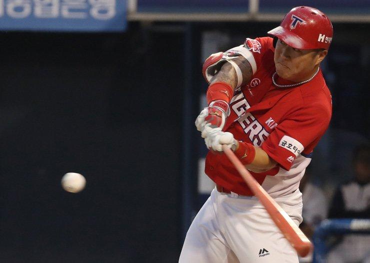 Kia Tigers' Choi Hyung-woo hits a solo home run in third inning of his team's Korea Baseball Organization game against the NC Dinos at Masan Baseball Stadium in Changwon, South Gyeongsang Province, May 30. / Yonhap