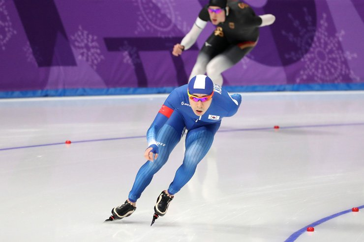 Korean speed skater Lee Seung-hoon competes in the men's 10,000-meter race of the PyeongChang Winter Olympics at Gangneung Oval, Thursday. Lee finished fourth. / Korea Times photo by Shim Hyun-chul