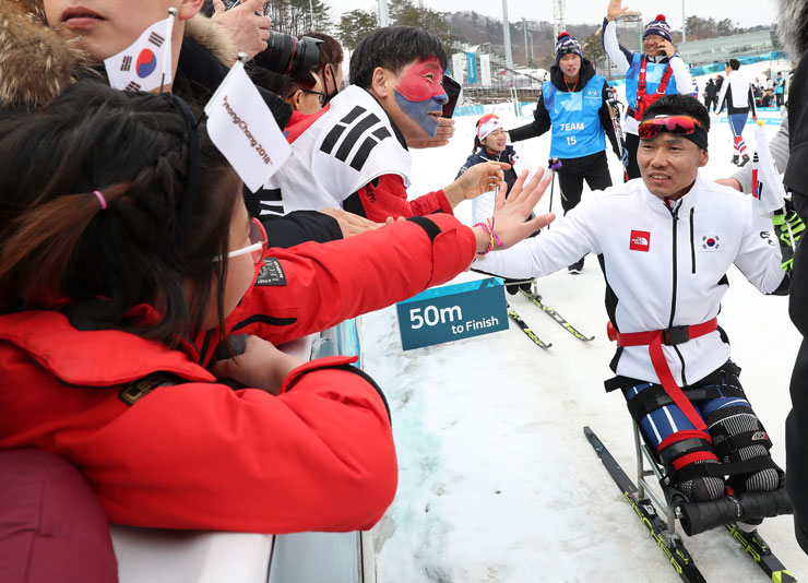 Korean national ice sledge hockey team players pose with bronze medal during the medal ceremony of the PyeongChang Paralympics at Gangneung Hockey Center, Sunday. / Yonhap