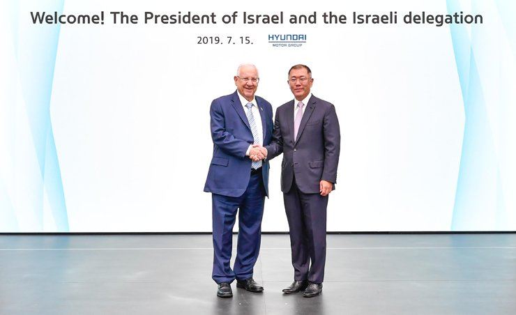 Hyundai Motor Group Executive Vice Chairman Chung Euisun, right, shakes hands with Israeli President Reuven Rivlin during the president's visit to the group's research center in Hwaseong, Gyeonggi Province, Monday. Courtesy of Hyundai Motor Group