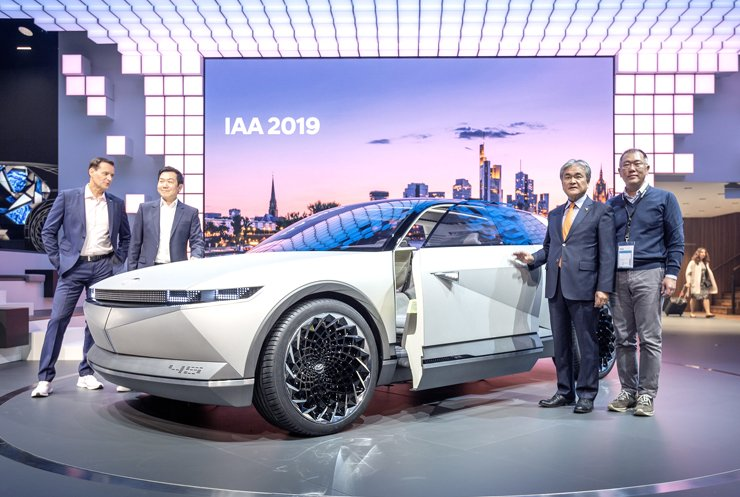 Hyundai Motor Group Executive Vice Chairman Chung Euisun, right, poses with the concept electric vehicle 45 during the 2019 Frankfurt Motor Show in Germany, Tuesday. From left are Hyundai Motor Executive Vice President Thomas Schemera, Hyundai Design Center head Lee Sang-yup, Korean Ambassador to Germany Jong Bum-goo and Chung. Courtesy of Hyundai Motor