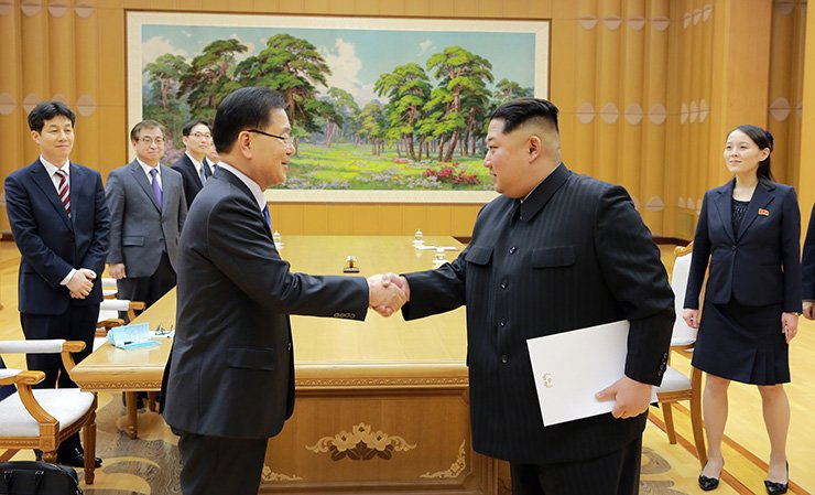 North Korean leader Kim Jong-un shakes hands with National Security Office head Chung Eui-yong, a special envoy of South Korean President Moon Jae-in, at the Workers' Party of Korea headquarters in Pyongyang, Monday. Kim holds a letter from Moon, delivered by Chung. On the right is Kim Yo-jong, Kim Jong-un's sister. / Courtesy of Cheong Wa Dae