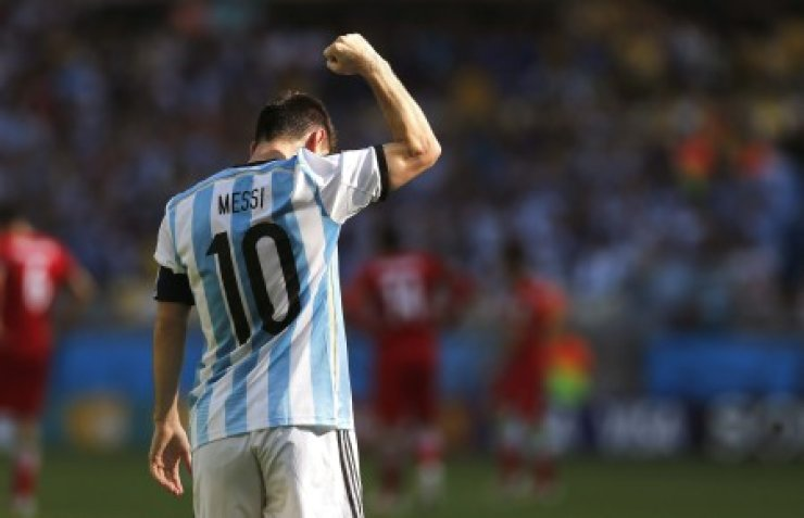 Argentinean forward Lionel Messi celebrates after scoring a goal during a Group F match between Argentina and Iran at Mineirao Stadium in Belo Horizonte during the 2014 FIFA World Cup in Brazil, Saturday. / AFP-Yonhap
