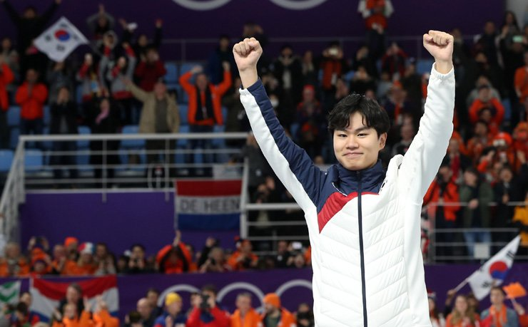 Bronze medalist Kim Min-seok celebrates on the podium after the men's 1,500-meter speed skating race at the Gangneung Oval at the 2018 PyeongChang Winter Olympics, Tuesday. / Yonhap