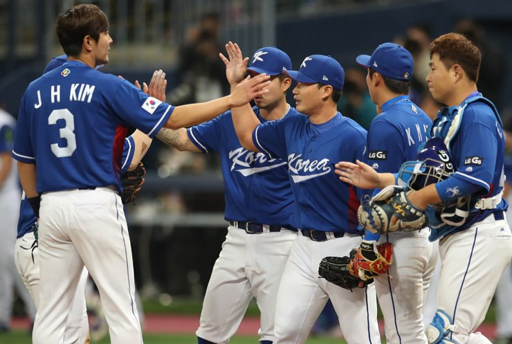 Korean national baseball team players celebrate after defeating Chinese Taipei 11-8 at World Baseball Classic at Gocheok Sky Dome in Seoul, Thursday. / Yonhap