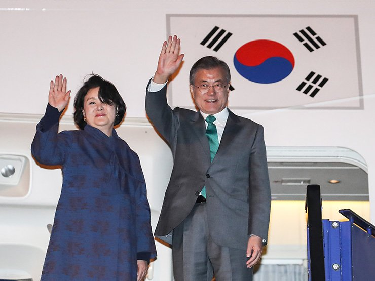 South Korean President Moon Jae-in and first lady Kim Jung-sook wave at Copenhagen Kastrup Airport in Denmark, Saturday (local time), after finishing a five-nation European tour. Yonhap