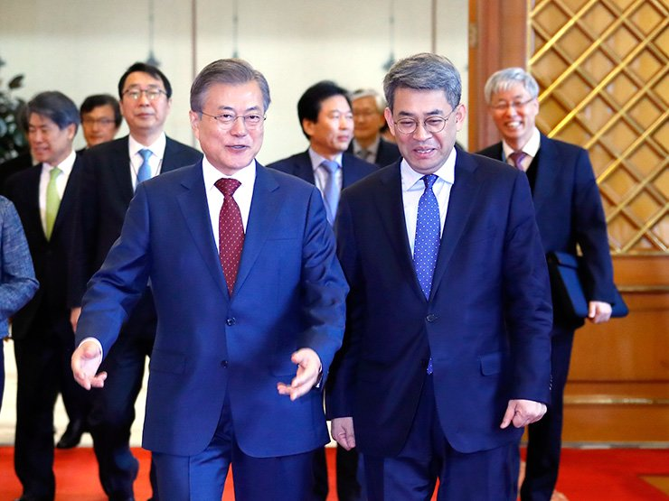 President Moon Jae-in and Kwon Goo-hoon, new chief of the Presidential Committee on Northern Economic Cooperation, walk together at Cheong Wa Dae, Wednesday. Yonhap
