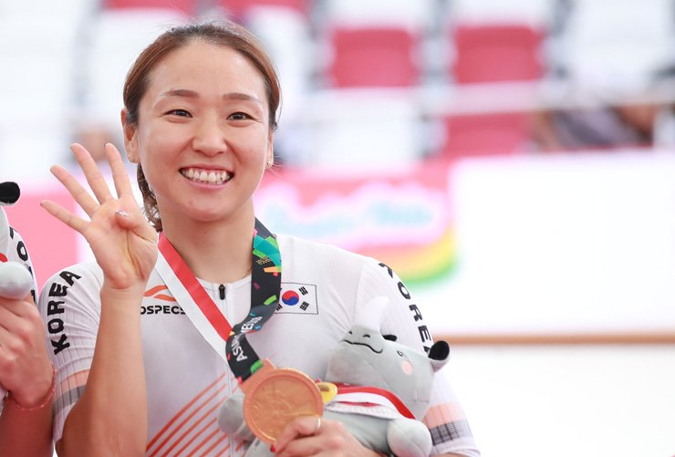 Na Ah-reum smiles after becoming Korea's first cyclist to win four gold medals at a single competition during the Asian Games in Jakarta, Friday. Yonhap